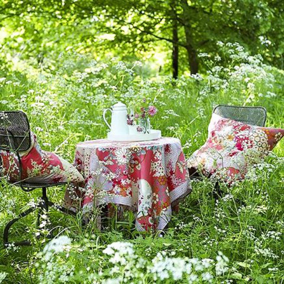 jardim-cadeira-mesa-toalha