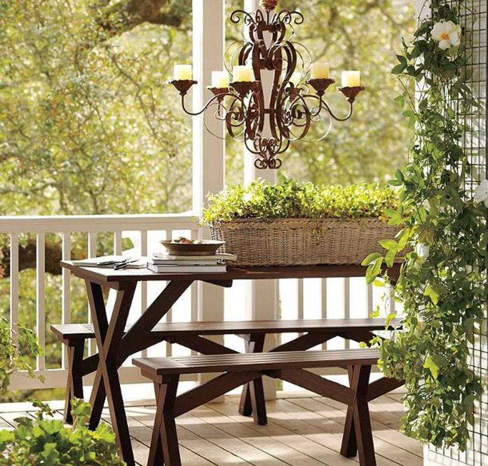 sacada-varanda-banco-mesa-madeira-lustre-luminaria